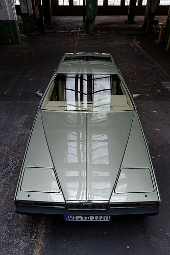 Aston Martin Lagonda , à la forme typique angulaire des années 80... J'ai rêvé pendant des années de cette auto rare et énorme, après être monté dedans dans un garage à Londres...