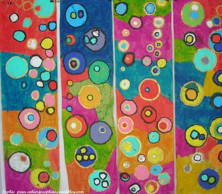 You know how much I love circles! Work on paper Brown Kraft. First, the students took various round objects (bowl, glasses, pots of yogurt ...) they have the outline in pencil. Filling round in gouache. Filling the other spaces the ink. Work the route of the last round by the outline in black India ink or gold.