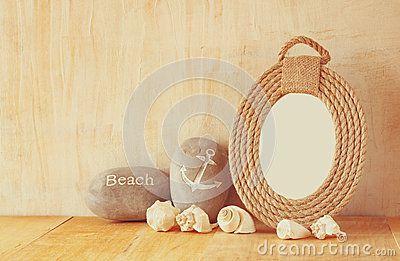 Quadro náutico do vintage das cordas e das conchas do mar naturais na tabela de madeira