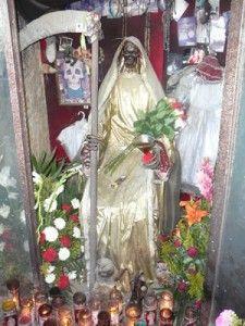 Un libro afirma que 5 millones de mexicanos creen en la Santa Muerte