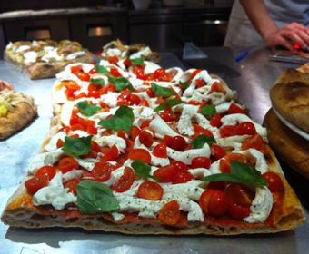 Divina Pizza - Via Borgo Allegri 50r - Firenze. Perfect dine in and take away. pizza by the slice gourmet pizza made with seasonal organic products, mother years and ancient grains