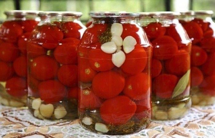 Сладкие маринованные помидоры http://mirpovara.ru/recept/2663-sladkie-marinovannye-pomidory.html  Маринованные и сладкие помидоры - необычное сочетание заготовки. Эта зимняя прекрасная закуска идеал...  Ингредиенты:  • Помидоры - 3кг. • Вода - 1,5л. • Соль - 1ст. л. • Сахар - 3,5ст. л. • Корица молотая - 1/2ч. л. • Чеснок - 5зуб. • Уксус - 1,5ст. л. • Перец горошком - 4шт. • Гвоздика - 4шт. • Укроп - по вкусу • Лавровый лист - по вкусу  Смотреть пошаговый рецепт с фото, на странице…