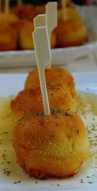 Croquetas de queso Cabrales con dulce de manzana (Cabrales cheese croquettes with sweet apple)