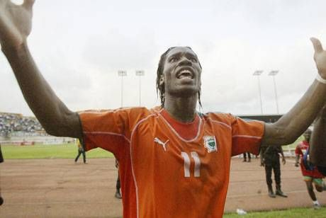 Un debutante muy particular  Didier Drogba festeja su segundo gol en la victoria sobre Egipto, el 19 de junio último