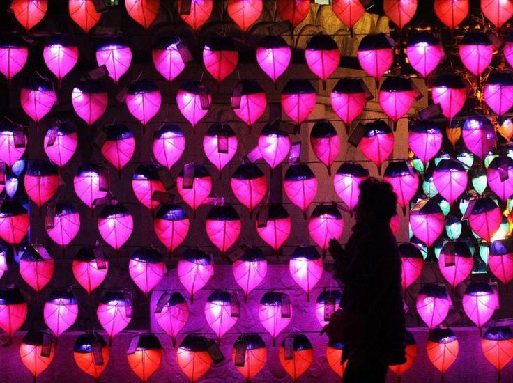 Des centaines de lanternes en papier ornent un temple bouddhiste pour célébrer la nouvelle année, à Séoul le 31 décembre. (Ahn Young-joon/AP/SIPA)