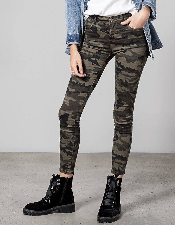 25.95€ Skinny fit camouflage trousers; Stradivarius