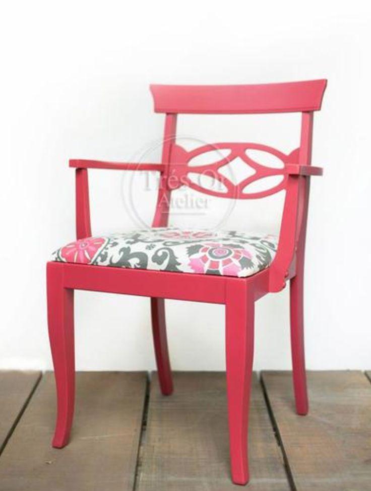 """Colección Crayons.  El estilo de esta silla es conocida por los decoradores como """"regency"""".  Emplea líneas rectas, planas con símbolos antiguos para su ornamentación.  El fuscia realza la figura sobria y el estampado contribuye a destacar más la pieza.  Material: Madera y tela de algodón. Medidas: Alto: 82 cm Ancho: 56.5 cm Fondo: 42 cm"""