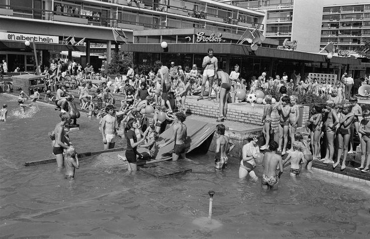 Arnhem, Hanzestraat 1977. Winkelcentrum Presikhaaf, Hanzestraat, 5 augustus 1977. In het winkelcentrum wordt dan een speelweek voor de jeugd gehouden met onder meer een watergevecht bij en in de fontein. Heel wat jonge Humans of Old Arnhem dus. (Foto: Gerth van Roden, Gelders Archief nr. 1544 – 1275-0003).