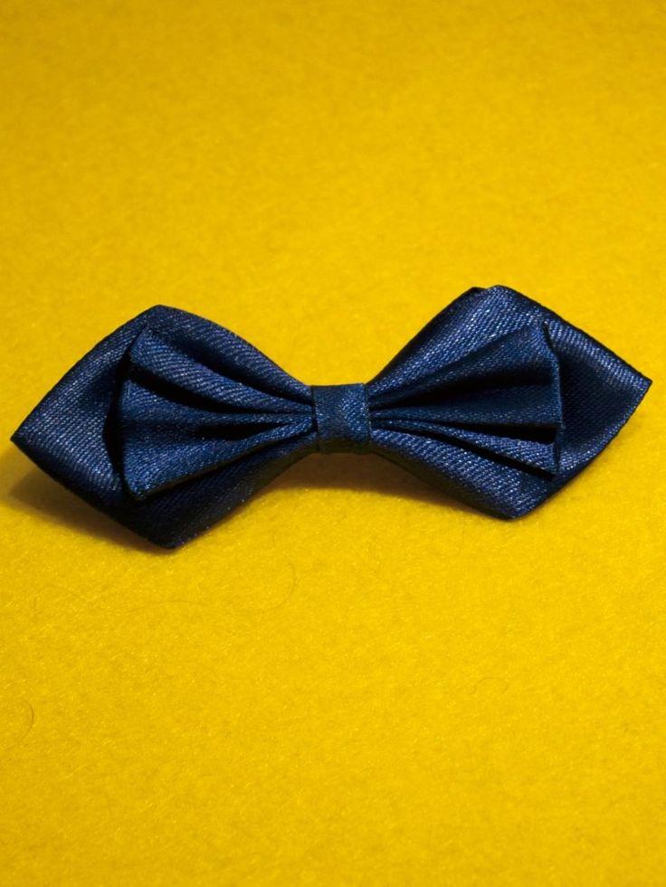 Брошь галстук-бабочка из атласа синего цвета