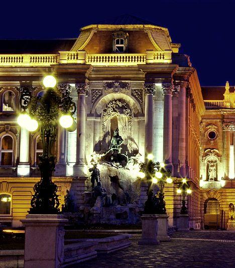 Budavári palota. A ma Budapest egyik legjelentősebb kulturális és turisztikai központjának számító épületegyüttes egykor királyi palotaként szolgált, virágkorát pedig Hunyadi Mátyás uralkodása alatt élte. Látnivalókban igen gazdag, emellett itt található az Országos Széchenyi Könyvtár, a Magyar Nemzeti Galéria és a Budapesti Történeti Múzeum is.