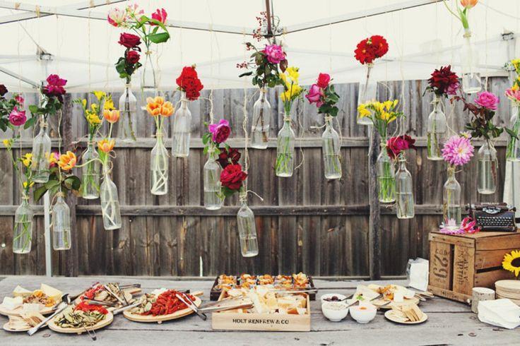 Bloemen in flesjes als bruiloftdecoratie   ThePerfectWedding.nl
