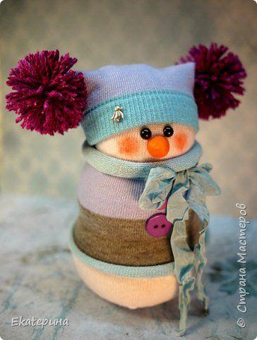Всем доброго времени! Меня тоже не обошли снеговички из носочков. Насмотрелась красоты и тут, и в интернете.:) Полюбила их безумно, жалко будет расставаться.:)) Делались в подарок. фото 3