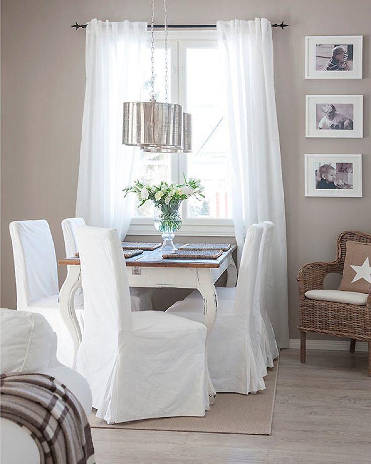 Tämän Rauhalan sisustukseen valittiin vaaleita värisävyjä. Lattiat ovat lapsi- ja eläinperheessä kovalla kulutuksella, joten perhe panosti laadukkaaseen laminaattiin ja laattoihin. Kannustalon korkeat lattialistat kehystävät vaaleita lattioita kauniisti. #kannustalo #rauhala #koti #ruokailutila #sisustus #interior #home #finnishhome #scandinavianhome