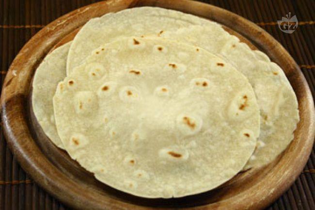 Le tortillas di mais, alimento simbolo della cucina messicana, sono delle sottili sfoglie di farina di mais bianco cotte su una piastra chiamata comal
