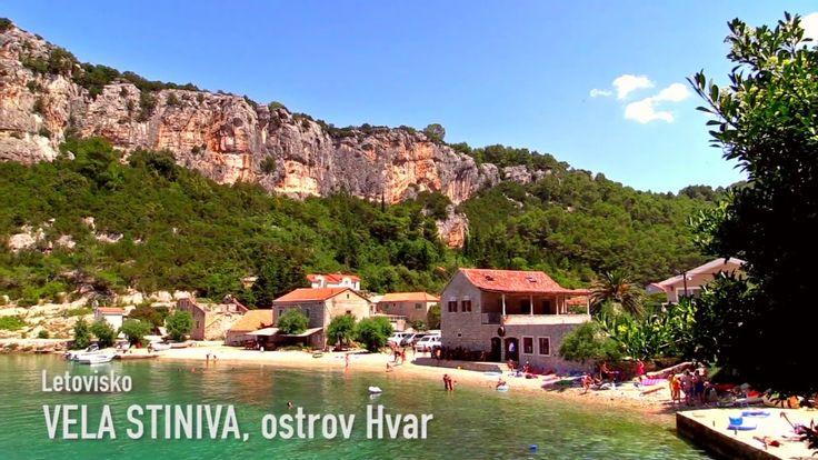Pohádkově krásnou zátoku Vela Stiniva najdete na severním  pobřeží ostrova Hvar. Smaragdové moře a oblázková pláž s pozvolným vstupem do moře chráněná příkrými skalními stěnami přímo zve k vodním hrátkám i odpočinku.