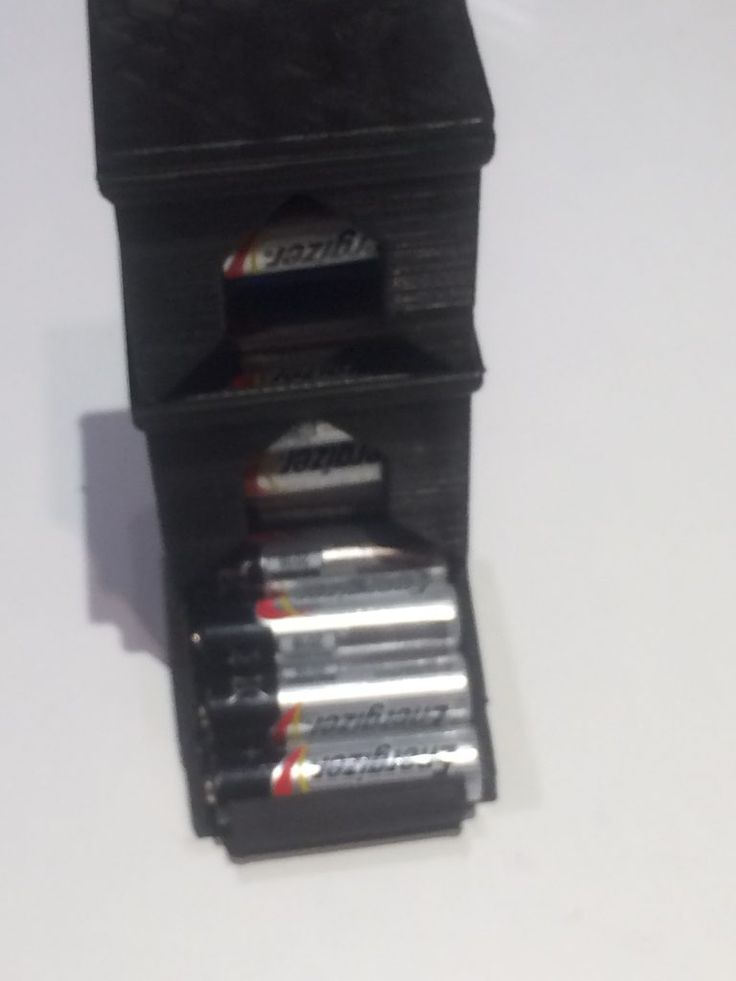 Hvem har ikke irritert seg over batterier som ligger å flyteri en skuff? Jeg kom over en smart løsning på dette på Thingiverse – en batteri dispenser. Printet dette ut selv med min 3D printe…
