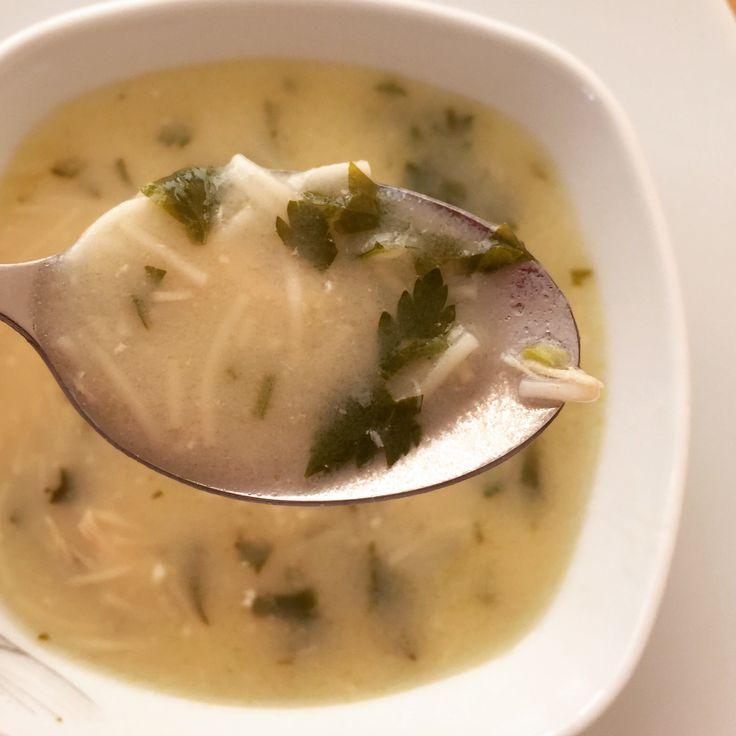 Uzun zamandır çorba yapmamıştım. Derin dondurucuda duran tavuk suyunu görünce aklıma bu çorbayı yapmak geldi. Hem pratik hem besleyici. Çorbaya maydanoz eklemeden de yapabilirsiniz. Her şekilde lezzetli :) Afiyet olsun… Tarifi Göster