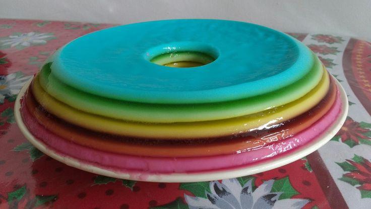 Gelatina em camadas comestível Kk [gelatinas cores variadas, leite de côco e leite condensado].
