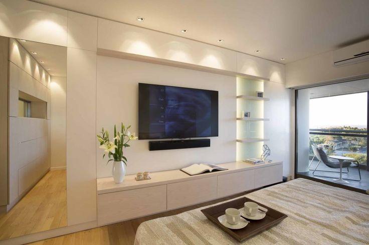 Inspired by  Brukman Chechik: Dormitorios de estilo moderno por LIVE IN