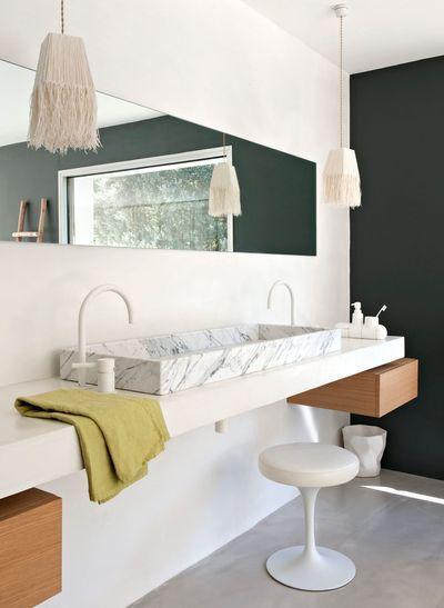 Salle de bains sobre et chic avec sa vasque en marbre. Plus de photos sur Côté Maison http://petitlien.fr/7prk