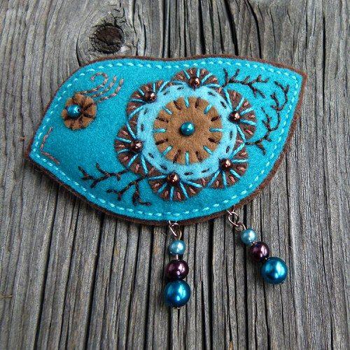 """Dressy Bird"". Embellished felt brooch."