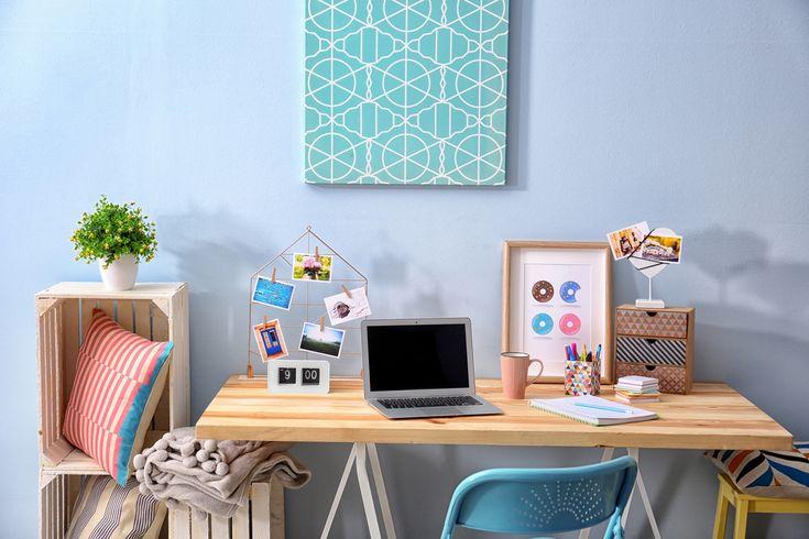 Czy wiecie w jakich kolorach najlepiej urządzić domowe biuro? Według psychologa miejsce do pracy warto zaaranżować w barwach zieleni czy błękitu. Kolory te działają uspokajająco, a zarazem pomagają w skupieniu uwagi. W takim otoczeniu kolorystycznym podołasz wszystkim zawodowym wyzwaniom ;)