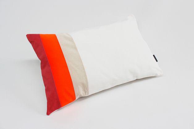 Das handgearbeitete Kissen kommt mit Innenkissen und ist ein tolles und individuelles Wohnaccessoire für das Sofa, den Stuhl, das Bett oder den Sessel.  Durch die Kombination verschiedener,...