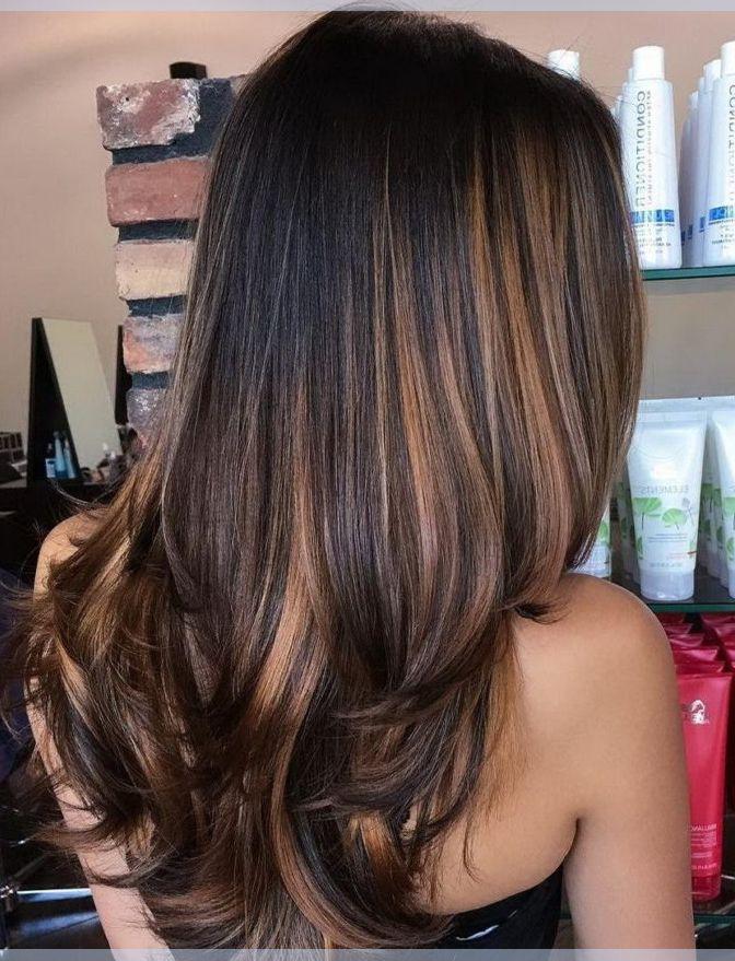 Wunderschöne schwarze Frisuren mit Schichten und Karamell Brown Balayage Highlights
