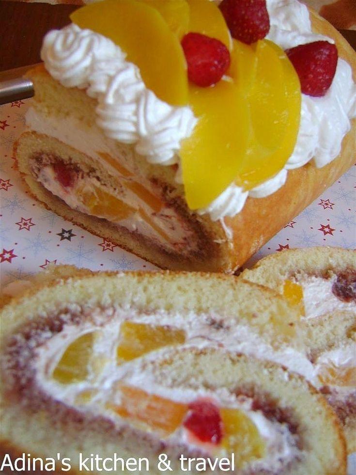 Adina's kitchen & travel: Rulada cu piersici si frisca (desert delicios)