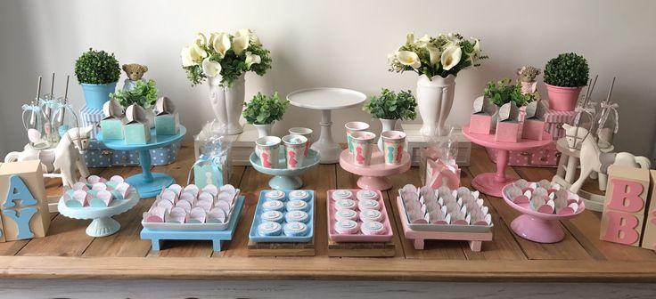 KIT DECORAÇÃO FESTA CHÁ REVELAÇÃO. Nossos Kits são compostos por todas as peças da mesa (aluguel), personalizados e forminhas de doces. É só seguir as instruções e reproduzir em casa. Sua festa em um passe de mágicas!