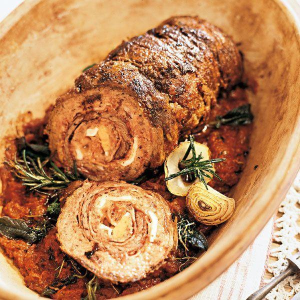 Schön dünn muss die Rindfleischscheibe für diesen Rollbraten sein. Fragen Sie Ihren Metzger, welches Stück sich am besten eignet.