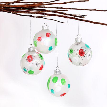 Christmas ball ornaments decorated with fingerpaint / Boules de Noël décorées à la gouache aux doigts | DeSerres