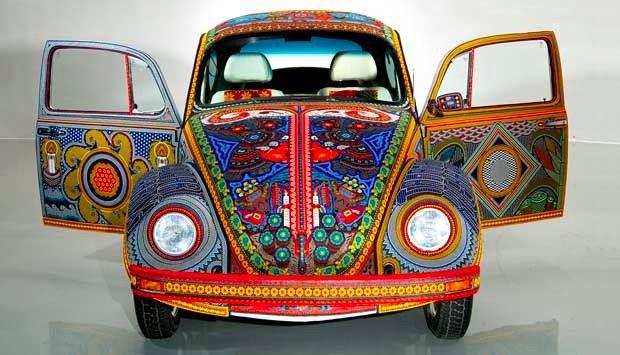 El arte huichol tiene un encanto muy particular: relaciona su religión y cosmovisión con formas y colores para crear una estética única.