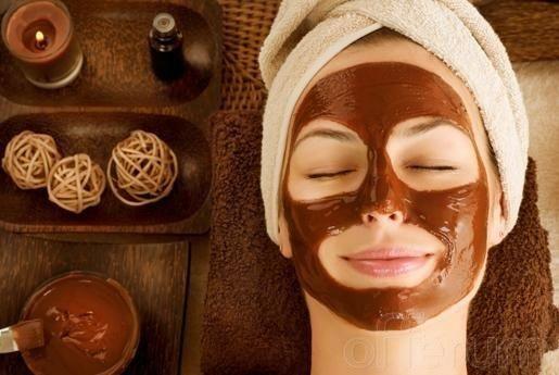 Cómo hacer mascarillas de chocolate para la cara. El chocolate despierta pasiones, es uno de los postres más deliciosos y apreciados del mundo, pero además es uno de los mejores ingredientes a nivel de belleza, favoreciendo en gran medida la aparienc...