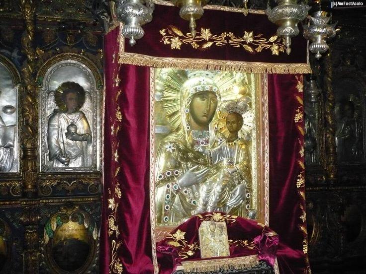 """Icoana Maicii Domnului de la Mănăstirea Neamţ - Lidianca.  Icoana Maicii Domnului de la Mănăstirea Neamţ este una dintre cele mai vechi şi frumoase icoane din ţară, renumită ca făcătoare-de-minuni. Istoria acestei icoane ne-a fost însemnată în scris de catre """"stareţul Neonil"""", în anul 1839.Această icoană este cunoscută cu numele de Lidianca pentru că ar fi o copie după o icoană a Maicii Domnului din Lida."""