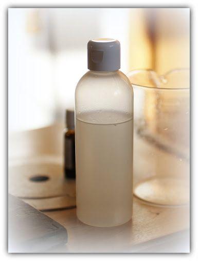 Akik mosószappannal mosnak azok biztosan ismerik és használják az ecetes öblítést. Az ecetes oldatbacsepegtethetünk pár csepp illóolajat, amitől elvileg illatos lesz a ruha. De nem az igazi, nincs átütő illat... Miért?Mert az olaj nehezen keveredik a vízzel. Szükség van valamilyen emulgeátorra ahhoz, hogy a víz és az olaj teljesen maradéktalanul összekeveredjen egymással. Ilyen emulgeátorral szinte minden háztartás rendelkezik, ez a szappan! Hogyan is készítjük el a háztartási parfümöt…