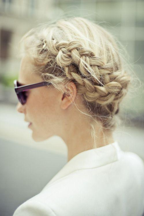 Cheveux attachés en couronne de tresses printemps-été 2016 - Cheveux attachés : 45 idées de coiffures chics ou décontractées - Elle