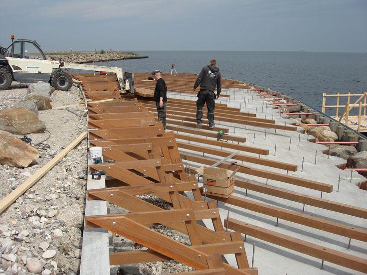 Bagom opbygningen af badebro ved Tuborg Havn i Azobé - et projekt for Carlsberg Ejendomme i Hellerup. Hårdttræ forhandlet af Keflico A/S.