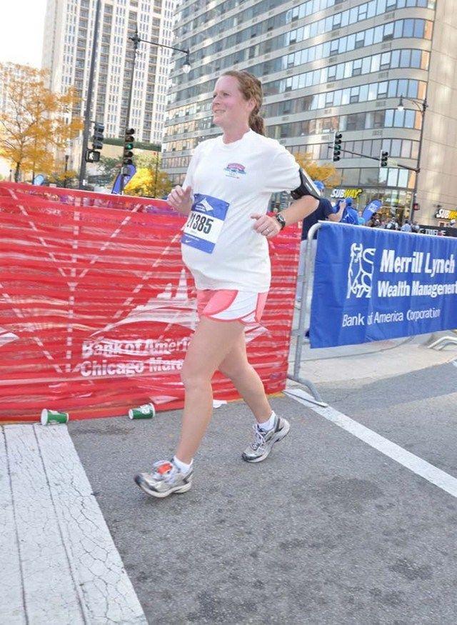 Às vésperas de ter um filho, é comum que a maioria das mulheres fiquem em casa, de repouso. Amber Miller é um pouco diferente da maioria e, enquanto entrava em trabalho de parto para ter seu segundo filho, participava da Maratona de Chicago de 2011.