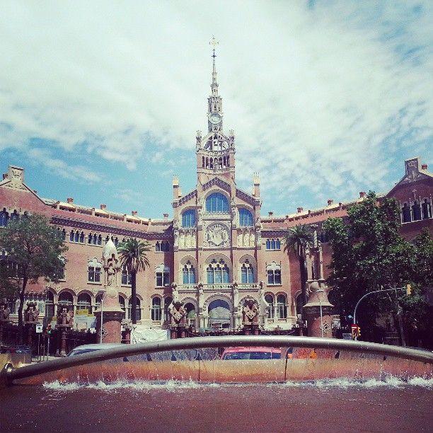 Barcelona Una ciudad maravillosa para disfrutar de su arquitectura, sus calles alegres y  bulliciosas, su mar azul y su formidable clima.