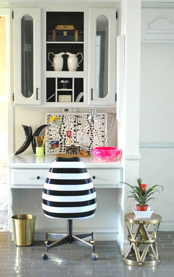 Black & white Office nook - obsessed with this striped desk chair!Sprays Painting, Desks Chairs, Little Green Notebook, Offices Spaces, Black White, White Office, Painting Chairs, Offices Chairs, Offices Nooks