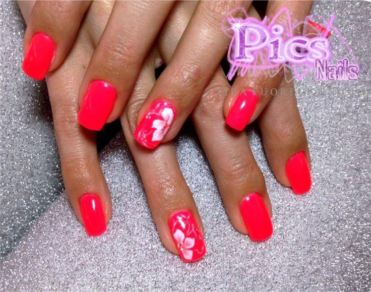 Una perfetta applicazione Smalto Semipermanente Rosa Neon, impreziosita da una Nail Art con Micropittura delicata e femminile!