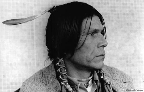 """Dennis Banks jeden z liderów bardzo waznego Ruchu Indian Amerykańskich(AIM),znanego z wielu protestów,spektakularnych akcji,jak chocby w 1973 """"okupacji""""w Wounded Knee,działacz,inicjator wielu akcji,zywy symbol obrony rdzennych Amerykanów,niezależnie z jakiego plemienia.Wspaniały człowiek,życiorys...osobiście dla mnie WIELKI CZŁOWIEK...dużo by pisać... http://nowacumig.org/"""
