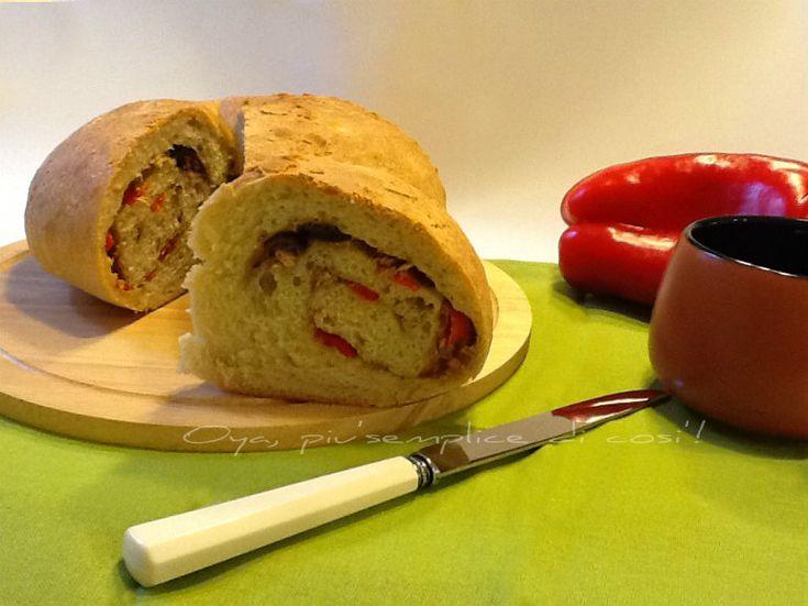 Ciambella salata con peperoni, tonno e olive nere, ricetta. http://blog.giallozafferano.it/oya/ciambella-salata-con-peperoni-ricetta/