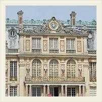 Версальский дворец Адрес: Versailles, France  Время работы: с 9:00 до 18:30 (c апреля по октябрь) и с 9:00 до 17:30 (в остальное время года). Музей закрыт по понедельникам.  Вход во дворец: 15€ для взрослых (включая аудио-гид), до 18 лет бесплатно. Станция RER: Versailles-Rive Gauche Железнодорожная станция: Versailles-Chantiers или Versailles-Rive Droite Сайт: www.chateauversailles.fr