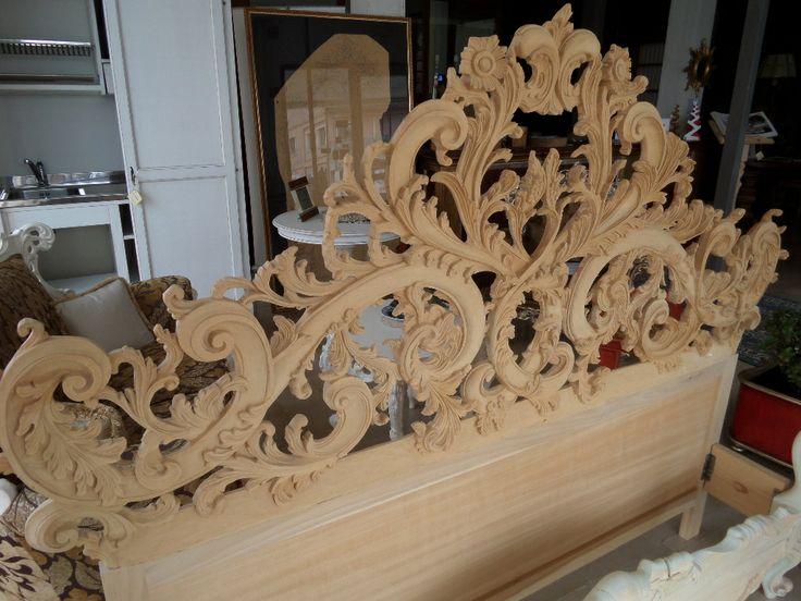 la leggerezza dell'intaglio per questo letto tutto in legno scolpito a mano