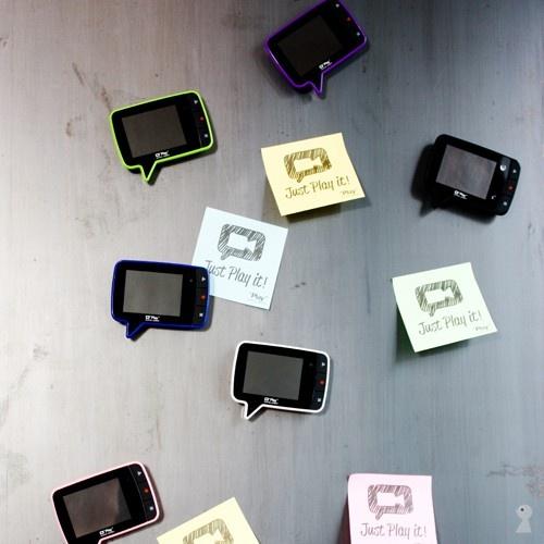 """Native Union Play  Play vækker din memoer til live! Play fra Native Union er en stilfuld og funktionel gadget, som giver dig mulighed for at optage video beskeder. Play kommer med et kamera i høj kvalitet, et 3 minutters besked optage-system og en 2,4 """"farveskærm. Med bare 3 knapper, er Play meget let at bruge, og velegnet for børn såvel som voksne. Bagsiden af Play er magnetisk, så den kan monteres på en metaloverflade."""