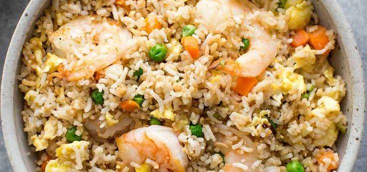 Gebakken rijst met Garnalen Bereid de rijst één dag van tevoren en zet hem in de ijskast. Vers bereide rijst geeft een plakkerig gerecht! Voorbereiding:de dag ervoor (rijst) Kooktijd:10 minuten Voor: 4 personen Collectie Wereldsmaken Gemakkelijk Ingrediënten: 500 g koude gekookte rijst 250 g grote garnalen 2-3 eieren, losgeklopt 2 stengels lente-ui, inreepjes klein blikje erwtjes klein blikje