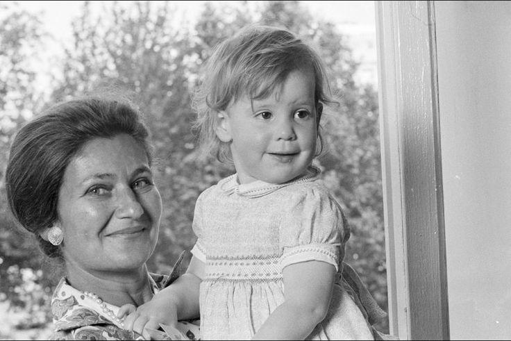 Simone Veil avec sa petite-fille Isabelle juin 1974