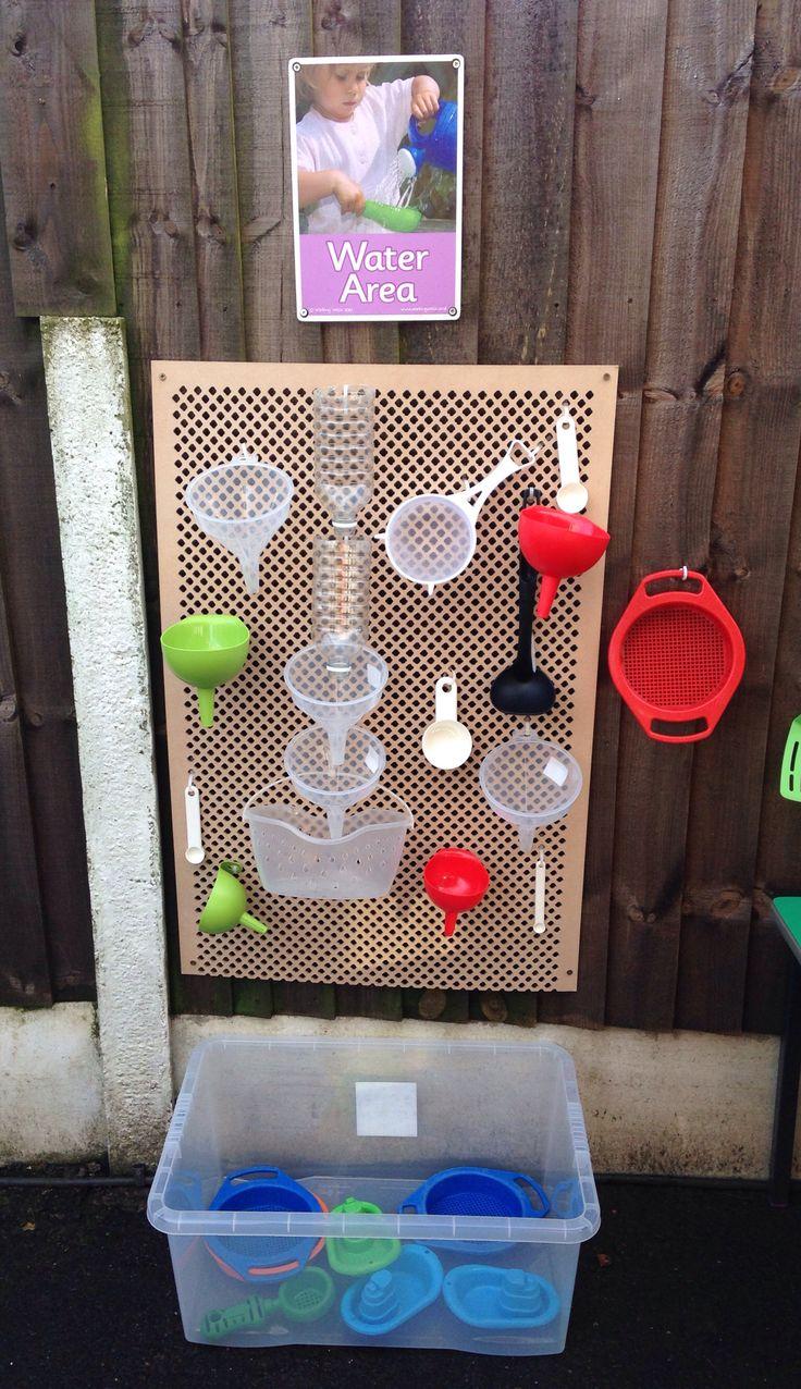 Zelf gemaakt waterbord met trechtertjes voor de buitenruimte.